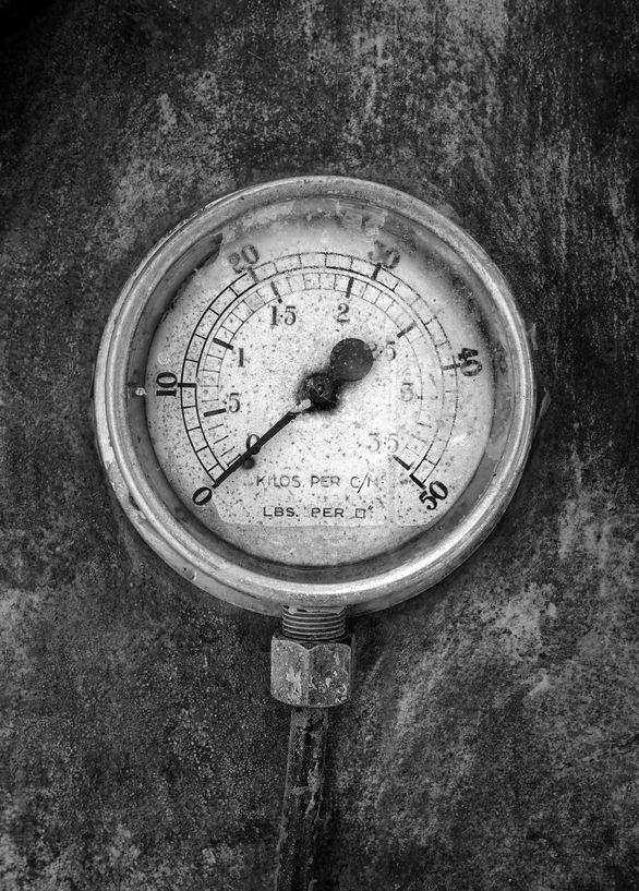 Old air-pressure gauge regestering zero pressure - Air compressor equipment rentals | AIRPLUS Industrial